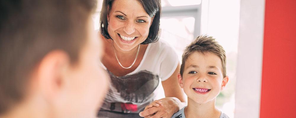 Mutter mit Jungen und angefärbten Zähnen für Zahnbelag