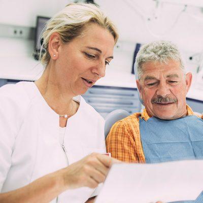 Dr. Carmen Pohl berät Patient zu Wurzelbehandlung