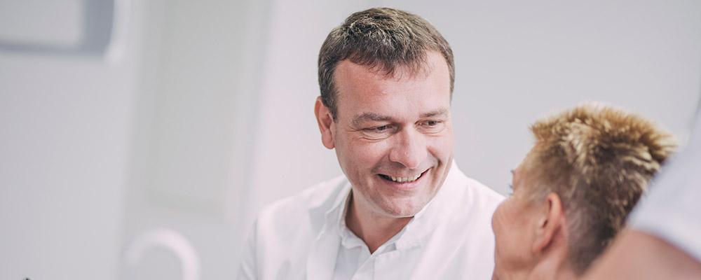 Dr. Andreas Pohl lächelt Patienten zu