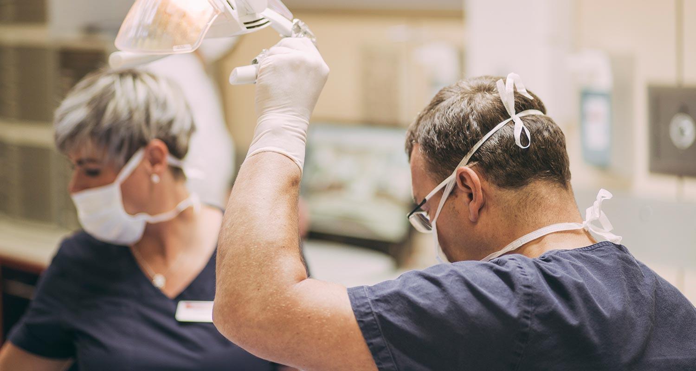Dr. Andreas Pohl richtet OP-Lampe aus