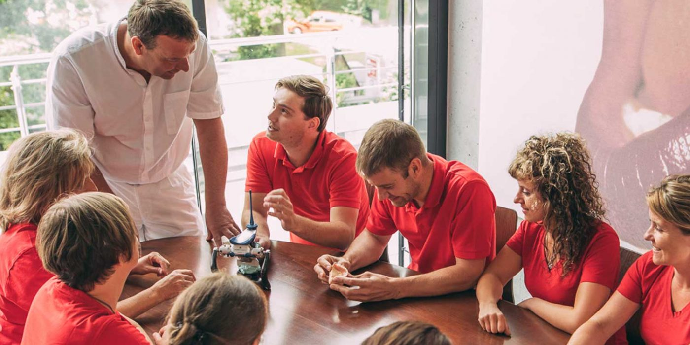 Dr. Andreas Pohl berät sich mit Zahntechnikern zu Kiefermodell