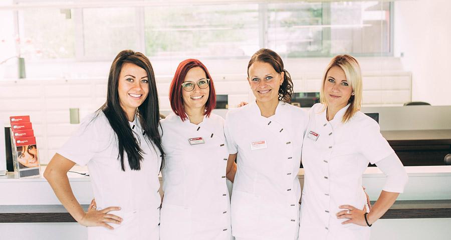 Das Team der Rezeption der Zahnarztpraxis Dental Family in Jahnsdorf bei Chemnitz