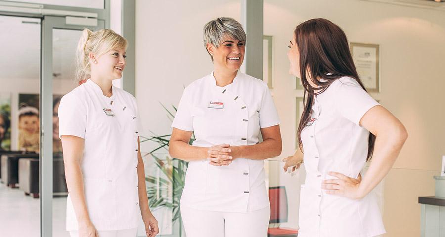 Drei Mitarbeiterinnen lachen
