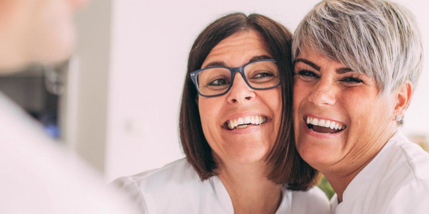 Mitarbeiterinnen freuen sich gemeinsam