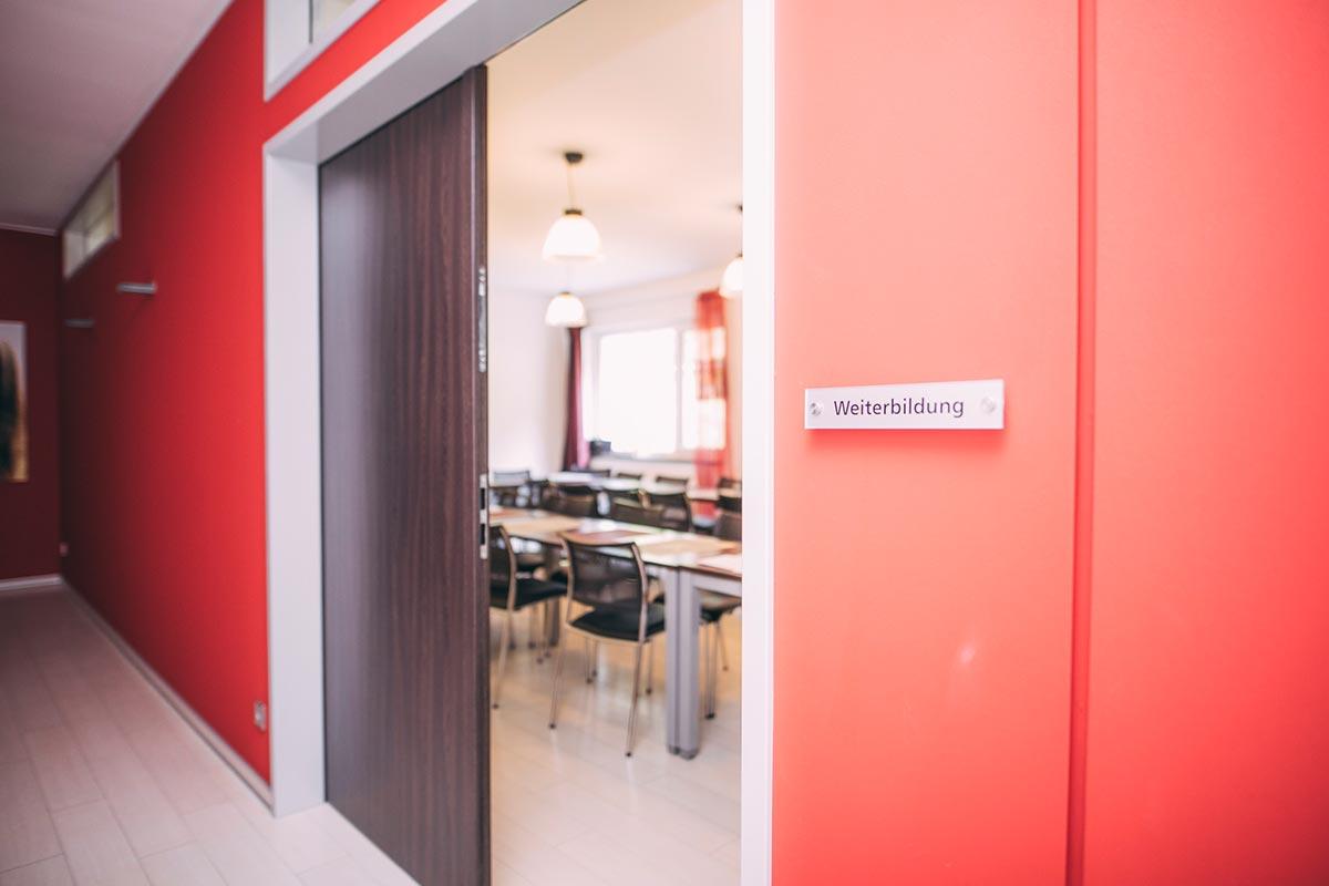Geöffnete Tür zum Raum für Weiterbildung